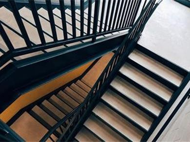 Escadas de segurança devem garantir evacuação em caso de incêndio